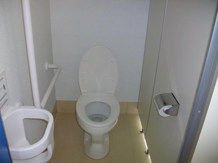 男子トイレにもベビーチェアーがあります