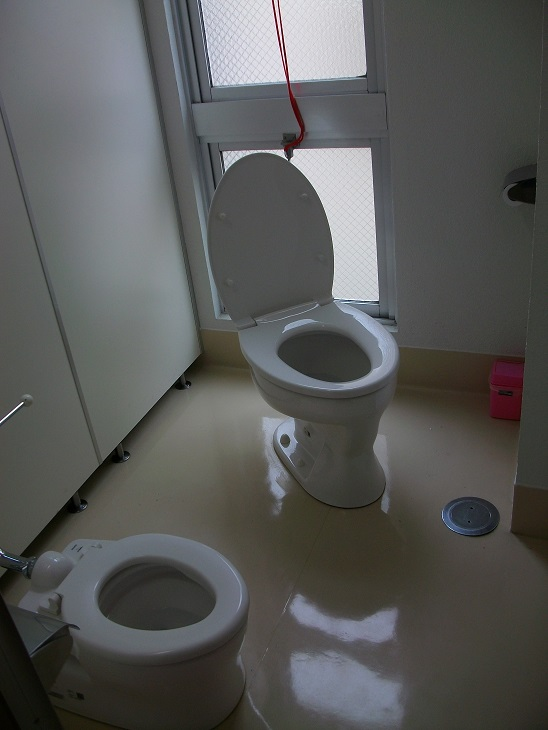 女子トイレには幼児用便座もついています