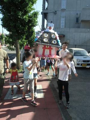 午後は子どもみこしをかついで近所を練り歩きました